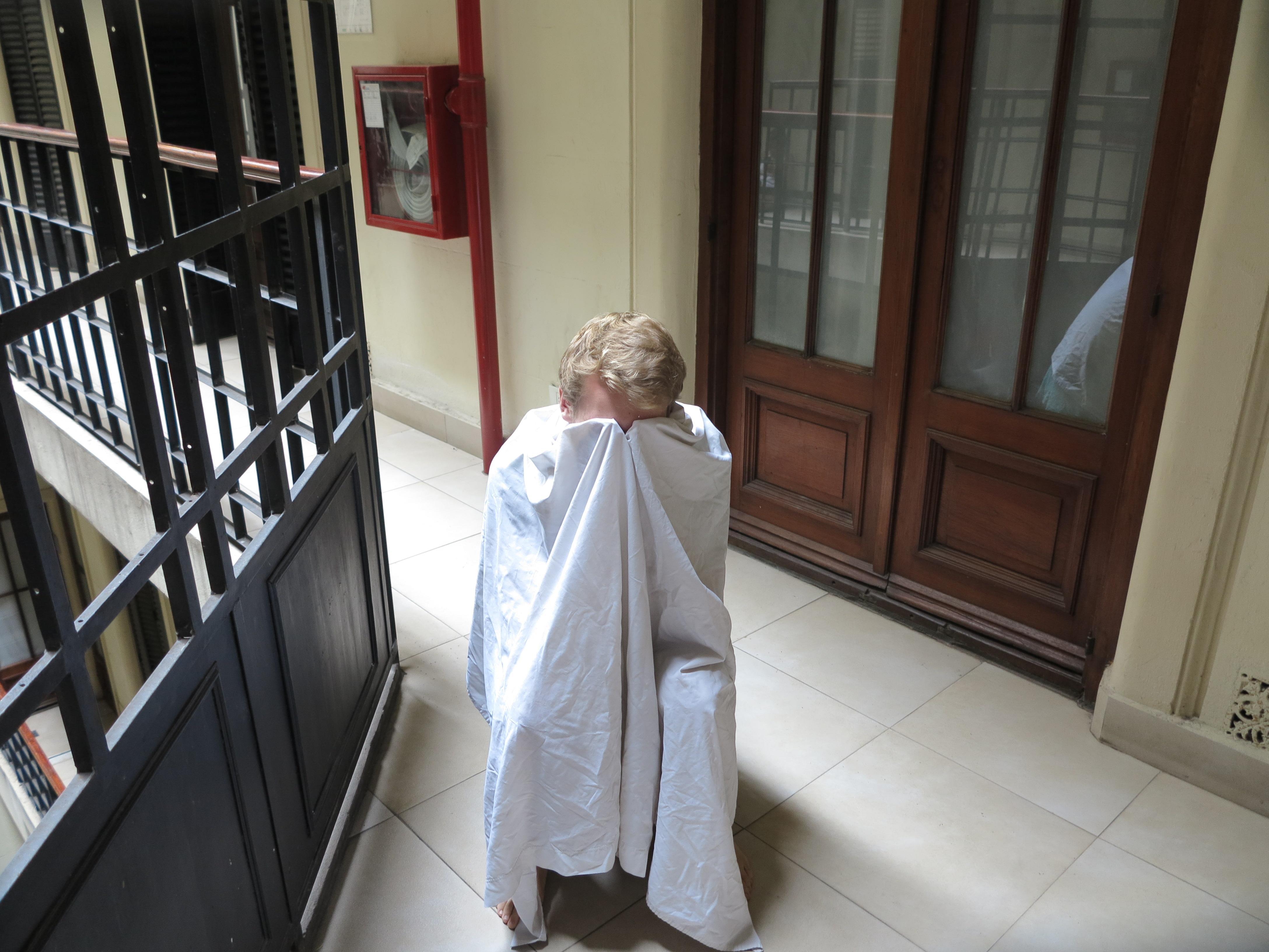 05.12.16 Da wir kein Geld für den Friseur hatten, durfte sich Leo an Andys Haaren versuchen - mit einer Nagelschere auf dem Gang vor unserem Zimmer.