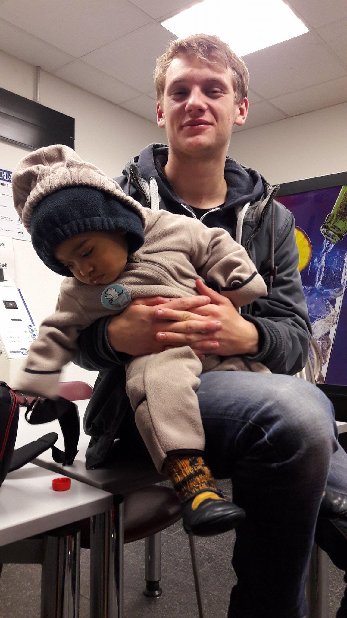 25.11.16 Andy als Babysitter im Warteraum